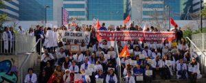 Investigadores manifestandose en la puerta del Hospital La Fe