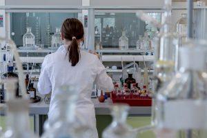 Investigadora trabajando en laboratorio